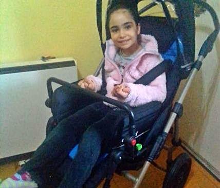 Aroha, la niña con síndrome de Rett, ya tiene silla nueva