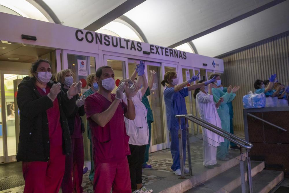 Las Fuerzas y Cuerpos de Seguridad rinden su homenaje más emotivo al personal sanitario Destacado